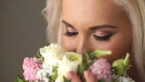 Härlig brud som luktar bröllopbuketten arkivfilmer