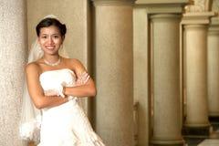 Härlig brud som poserar i kristenkyrka. Fotografering för Bildbyråer