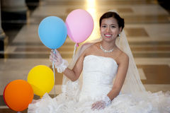 Härlig brud som poserar i kristenkyrka. Royaltyfri Foto