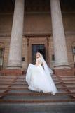 härlig brud utomhus brud med buketten av utomhus- blommor härlig bruddag henne posera bröllop Royaltyfri Foto