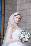 härlig brud utomhus brud med buketten av utomhus- blommor härlig bruddag henne posera bröllop Arkivfoton