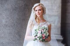 härlig brud utomhus brud med buketten av utomhus- blommor härlig bruddag henne posera bröllop Royaltyfria Foton
