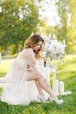 Härlig brud utomhus i en bröllopsklänning arkivbild