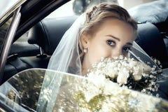 Härlig brudkvinnastående med den brud- buketten Royaltyfri Foto