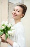 härlig brudstående Gifta sig smink bröllop för band för inbjudan för blomma för elegans för bakgrundsgarneringdetalj Royaltyfri Foto