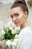 härlig brudstående Gifta sig smink bröllop för band för inbjudan för blomma för elegans för bakgrundsgarneringdetalj Arkivfoton