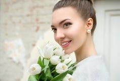 härlig brudstående Gifta sig smink bröllop för band för inbjudan för blomma för elegans för bakgrundsgarneringdetalj Royaltyfria Foton
