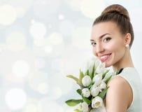 härlig brudstående Gifta sig smink bröllop för band för inbjudan för blomma för elegans för bakgrundsgarneringdetalj Arkivfoto