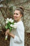 härlig brudstående Gifta sig smink bröllop för band för inbjudan för blomma för elegans för bakgrundsgarneringdetalj Royaltyfri Bild