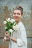 härlig brudstående Gifta sig smink bröllop för band för inbjudan för blomma för elegans för bakgrundsgarneringdetalj Arkivbilder