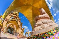 Härlig brun buddha bild med den Beauitiful kyrkan Royaltyfri Bild
