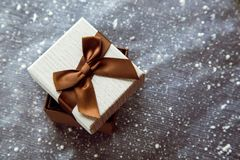 Härlig brun gåvaask med den vita räkningen arkivbilder
