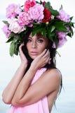 härlig brun haired ståendekvinna Fotografering för Bildbyråer