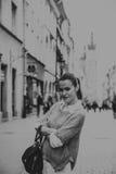 Härlig brunett i den gamla staden royaltyfri foto