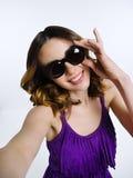 Härlig brunett i den violetta klänningen Arkivfoton