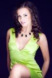 Härlig brunett i grön klänning Arkivfoton