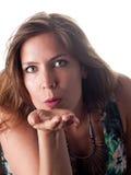 Härlig brunett i sommardräkten som blåser en kyss Royaltyfri Bild