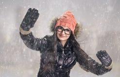 Brunett i snowstorm Royaltyfri Fotografi