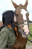 Härlig brunett med hästen Royaltyfri Foto
