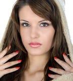 Härlig brunett med hättan Royaltyfri Foto