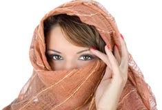 Härlig brunett med scarfen Arkivfoton