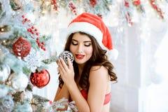 Härlig brunett sexiga Santa Claus i elegant hatt och behå Royaltyfria Bilder