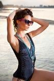 Härlig brunett som poserar på flodstrand. Royaltyfria Foton