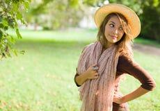 härlig brunett som poserar utomhus fjäderbarn fotografering för bildbyråer