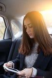 Härlig brunett som ser in i telefonen royaltyfri bild