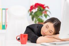 Härlig brunett som sover på arbete efter avbrott Royaltyfria Bilder
