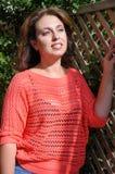Härlig brunett som tycker om solljuset Royaltyfria Bilder