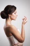 Härlig brunettbrud med modefrisyren och smink royaltyfri fotografi