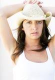 Härlig brunettcowgirl med fräknar. Fotografering för Bildbyråer