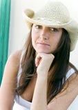 Härlig brunettcowgirl med fräknar. Royaltyfri Foto