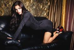 Härlig brunettflicka i en sexig kort klänning Fotografering för Bildbyråer