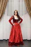 Härlig brunettflicka i prinsessadräkt Royaltyfri Bild