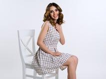 Härlig brunettflicka i rutig klänning Royaltyfria Foton