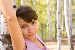 Härlig brunettflicka i skogen royaltyfri fotografi