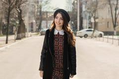 Härlig brunettflicka i stilfull klänning Arkivfoto