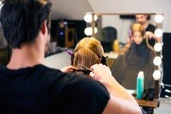 Härlig brunettflicka med frisyren och smink som isoleras på vit bakgrund Arkivfoto