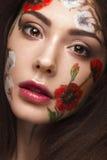 Härlig brunettflicka med krullning och en blom- modell på framsidan Abstrakt naturliga bakgrunder Royaltyfria Foton