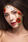 Härlig brunettflicka med krullning och en blom- modell på framsidan Abstrakt naturliga bakgrunder Royaltyfria Bilder