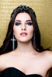Härlig brunettflicka med sunt långt brunt hår Skönhetmodell Woman med yrkesmässig makeup royaltyfria foton