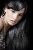 Härlig brunettflicka med sunt långt hår Arkivfoto