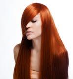 Härlig brunettflicka med sunt långt hår royaltyfria bilder