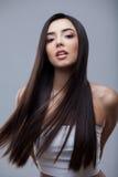 Härlig brunettflicka med sunt långt hår Fotografering för Bildbyråer
