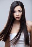 Härlig brunettflicka med sunt långt hår royaltyfri bild