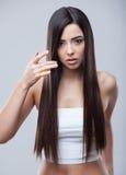 Härlig brunettflicka med sunt långt hår royaltyfri foto