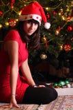 Härlig brunettflicka med Xmas-hatten Arkivbilder