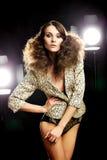 Härlig brunettflicka Perfekt makeup arkivfoton